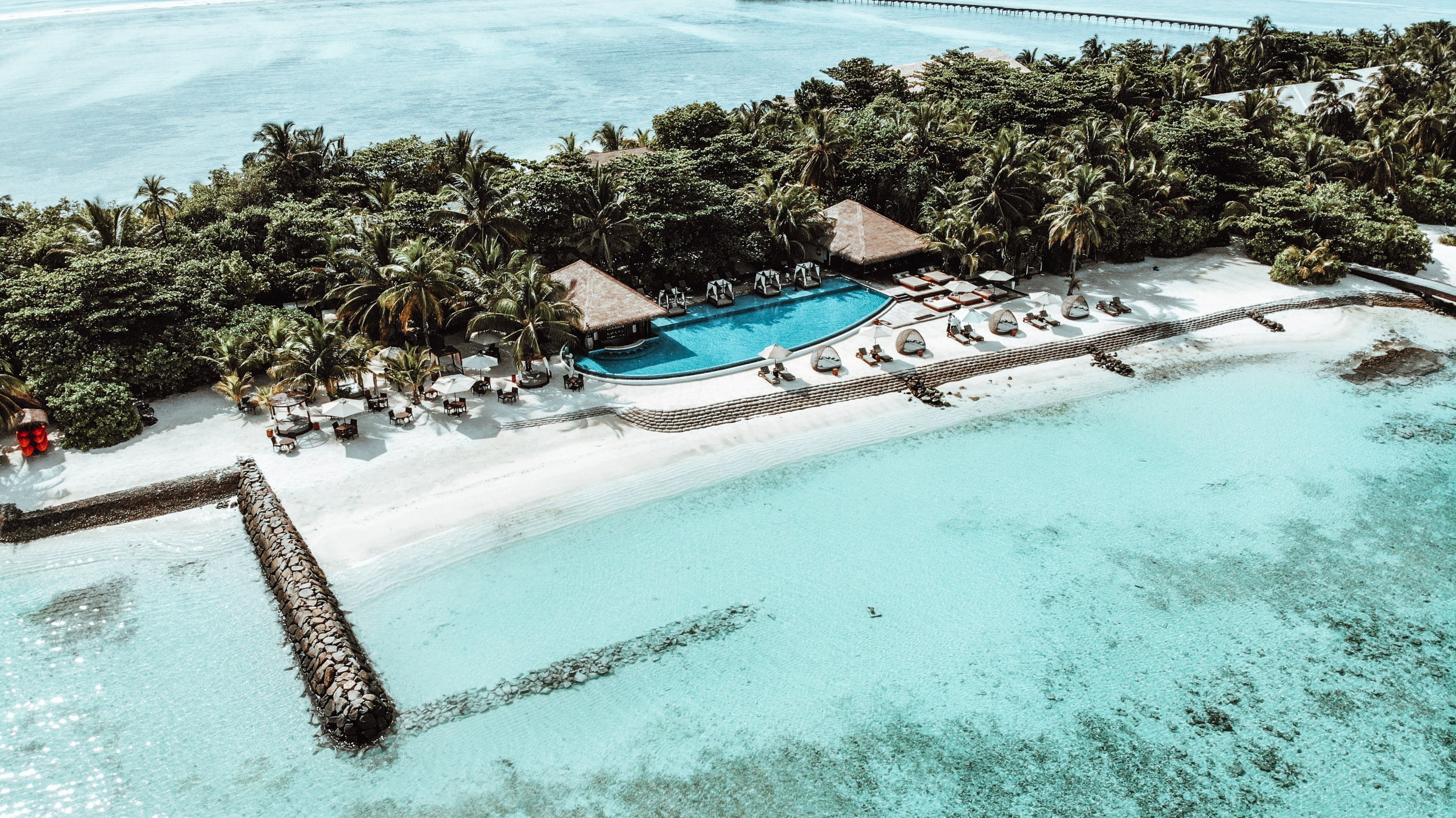 The Residence Maldives Hauptpool und Sunset Bar